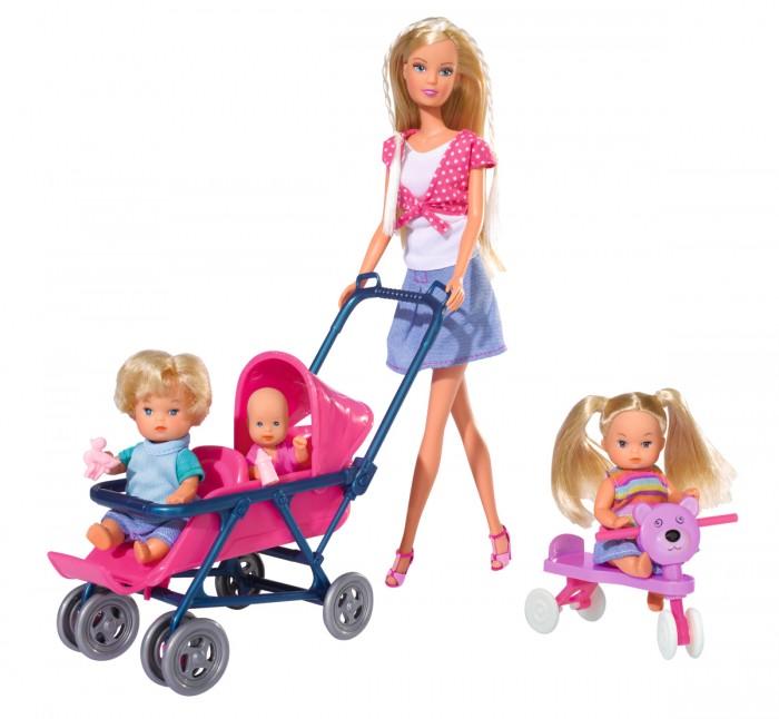Simba Игровой набор Штеффи и детиИгровой набор Штеффи и детиДанный игровой набор рекомендован для игр детям старше 3 лет и выполнен из безопасного качественного текстиля и пластмассы.  Перед вами представлена милая обворожительная Штеффи, которая может похвастаться своей стройной фигурой и длинными волосами.  В данный набор входят: кукла с тремя детьми и аксессуарами для них кроватка качалка коляска для двух малышей с колёсами, которые могут поворачиваться на 360 градусов ходунки сумка - кенгуру стульчик для кормления и ещё 15 аксессуаров  Высота куклы Штеффи – 29 см<br>