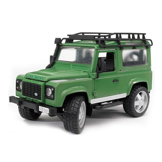 Bruder Внедорожник Land Rover DefenderВнедорожник Land Rover DefenderВнедорожник Bruder Land Rover Defender создан в масштабе 1 к 16.  Особенности:    Для поворота колес используется вынесенный на крышу руль с приводным механизмом.   Двери открываются и снимаются.   Убрав задние сиденья, можно преобразовать пассажирскую технику в грузовой вариант.   Съемный фаркоп предназначен для прикрепления самых разных тележек, прицепов и другой техники из соответствующей серии.   Мощные прорезиненные колеса облегчают передвижение по сложным участкам.   Проходимость и устойчивость автомобиля увеличивают амортизаторы на двух осях.    Все машинки, автомобили, спец. техника Брудер сертифицированы в соответствии с действующими правилами. Для их изготовления производитель использует только лучшие современные материалы, не токсичные, не содержащие аллергенов. Добротные комплектующие детали рассчитаны на высокие нагрузки. Такие замечательные игрушки даже после длительного использования сохраняют великолепный внешний вид и технические характеристики.<br>