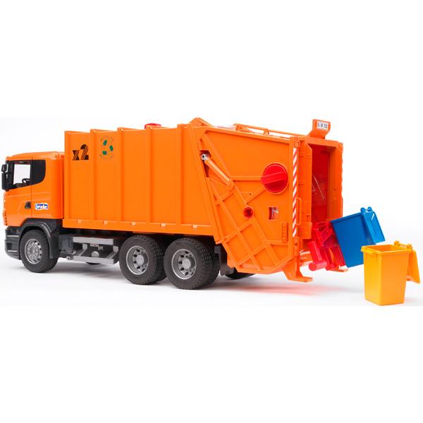 Bruder Мусоровоз Scania оранжевыйМусоровоз Scania оранжевыйМусоровоз Bruder Scania выполнен в масштабе 1:16   Особенности:    Подходит модуль со звуком и светом H   Здесь установлены механизмы загрузки и прессования мусора, опрокидывания контейнера.   В автомобиле есть складывающиеся зеркала заднего вида и открывающиеся двери кабины.    В комплекте:    мусоровоз   2 мусорные корзины   Все изделия Bruder сертифицированы. При их изготовлении используются только нетоксичные материалы, не вызывающие никаких аллергических реакций.<br>