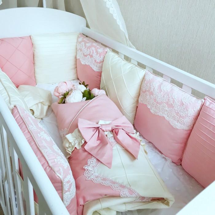 Комплект в кроватку Mummys Hugs Совершенство (15 предметов)Совершенство (15 предметов)Mummys Hugs Комплект в кроватку Совершенство - очаровательный комплект, выполненный в нежных оттенках, станет прекрасным украшением для кроватки вашего малыша.   Комплект состоит из всего самого необходимого, что может понадобиться вашему малышу для крепкого и здорового сна в первые годы жизни.   В комплекте:  бортики-подушки 12 штук 30х30 см, простынь на резинке 120х60+15 см, одеяло 100х100 см, балдахин 300х150 см. Цвет: бежевый, молочный.  Бортики-подушки пудрового цвета украшены декоративной строчкой, кружевом и кантом по краю. Завязки по центру подушек из сатина. Одеяло дополнено резинкой и бантом для использования в качестве конверта на выписку. Простынь из сатина премиум в цвет комплекта. Балдахин с широким кружевом и красивым бантом сверху.  Бортики выполнены из 100% хлопка. Гипоаллергенный наполнитель холлофайбер, одобренный для новорожденных, не сминается и не деформируется при стирке.  Уход: деликатная стирка при температуре максимум 30 градусов. Подробная инструкция по уходу прилагается к каждому изделию.<br>
