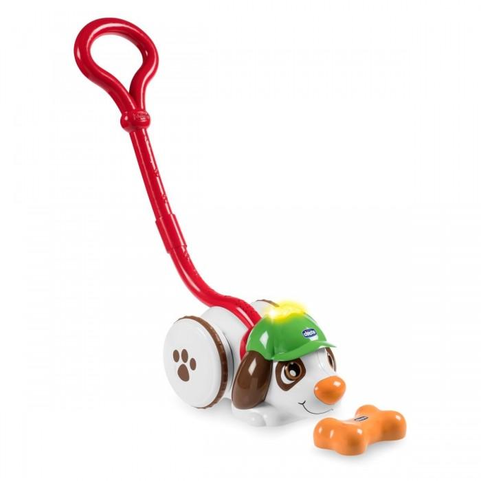 Музыкальная игрушка Chicco Собака ШерлокСобака ШерлокМузыкальная игрушка Chicco Собака Шерлок особенно пригодится малышам, которые научились только ходить.   Родители прячут косточку, а детки ищут ее вместе с каталкой. Благодаря инновационным подсказкам, поиски становятся интереснее и увлекательнее.  1 этап. Спрячьте косточку. Вперед на поиски! Датчики в игрушке и косточке синхронизируются даже на большом расстоянии.   2 этап. Косточка еще далеко. Когда лампочка на кепке горит красным цветом, это означает, что ребенок находится далеко от косточки. Попытайтесь определить, в каком направлении двигаться!   3 этап. Ты на верном пути! Когда лампочка на кепке собачки загорается желтым цветом, это означает, что ребенок находится рядом с косточкой.  4 этап. Косточка очень близко! Когда ребенок приближается к месту, где лежит косточка, собачка начинает лаять.   5 этап. Лампочка на кепке мигает и изменяет цвет на зеленый. Косточка найдена!   Когда собачка нашла косточку, поиски окончены. Огоньки на кепке мигают и изменяют цвет. Активируются веселые мелодии.<br>