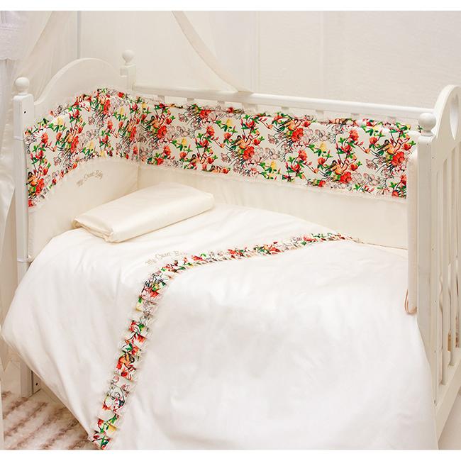 Комплект в кроватку Makkaroni Kids Sweet Baby 120x60 (6 предметов)Sweet Baby 120x60 (6 предметов)Комплект постельного белья Sweet Baby 120x60 (6 предметов). Классический, сдержанный дизайн и продуманная функциональность позволили комплекту Sweet Baby завоевать сердца многих родителей!  Для производства комплекта используется только высококачественный материал - натуральный сатин (100 % хлопок), шитье ручной работы, гипоаллергенные, дышащие наполнители.  Особенности: Классический, сдержанный дизайн и продуманная функциональность позволили комплекту Sweet Baby завоевать сердца многих родителей! Борт по всему периметру кроватки, со съемными чехлами, состоит из двух частей, высота по периметру - 40 см, изголовье – 45 см. Наполнитель борта – холлофайбер, он совершенно не боится влаги, что говорит о его лучших гигиенических качествах. И - самое главное – в постельных принадлежностях из холлофайбера не заводятся клещи и прочая нежелательная живность.  Бортик от Makkaroni Kids прекрасно защитит вашего малыша от сквозняков пока он маленький, а когда ребенок подрастет и начнет самостоятельно вставать, предотвратит от возможных ушибов.  Большим преимуществом борта является съемные чехлы. Вы сможете его постирать и при этом не деформировать.  Верхняя ткань одеяла и подушки – 100% хлопок, наполнитель – бамбуковое волокно - обладает натуральными антимикробными свойствами, не вызывает никаких раздражений на коже человека, идеально подходит детям. Волокно из бамбука создаёт комфорт и обеспечивает здоровым и спокойным сном, регулирует температуру Вашего тела, обладает влагопоглощением, замечательной вентилирующей способностью. Размер одеяла позволяет продлить его использование до 5 лет.  Высота подушки, входящей в комплект - 2 см – оптимальная для головы новорожденного согласно современным исследованиям. Все постельные принадлежности в комплекте изготовлены из натурального сатина. Вы по достоинству оцените высокую износостойкость, надежность и долговечность этого текстильного матери