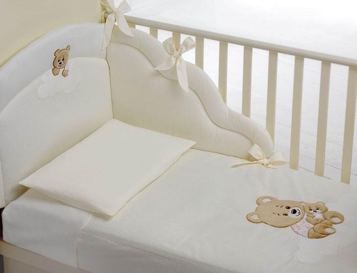 Комплект в кроватку Baby Expert Abbracci Trudi (4 предмета)Abbracci Trudi (4 предмета)Очаровательный комплект постельного белья Trudi от Baby Expert создаст уют и обеспечит комфортный сон для Вашего малыша. Отделка мягкими аппликациями ручной работы с медвежонком Trudi обязательно понравится Вам и малышу.   Комплект из 100% натурального хлопка (гипоаллерген и нетоксичен)  В комплекте детского постельного белья Trudi от BabyExpert Вы найдете:  Тонкое стеганое одеяло 70х100 см (наполнитель - синтепон) Пододеяльник 100х130 см Мягкий бампер 195х40 см Наволочку 40х60 см<br>