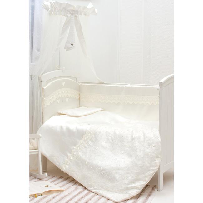 Комплект в кроватку Makkaroni Kids Бабочки 120х60 (6 предметов)Бабочки 120х60 (6 предметов)Комплект постельного белья Бабочки 120х60 (6 предметов) Makkaroni Kids. Нежно бежевый цвет, стильная клетка, оригинальная вышивка с элементами 3D позволяют комплекту сочетать в себе классический стиль и современные тенденции развития. Ваш малыш будет сладко спать в натуральных тканях, а проснувшись, найдет себе увлекательное занятие.  Материалы:  ткань: САТИН (100% хлопок)  наполнитель: холлофайбер декор: вышивка 3D с элементами развития (рисунок авторский)  Основные преимущества: комплект с элементами развития вышивка нового поколения 3D борт по всему периметру кроватки, со съемными чехлами, состоит из двух частей, высота по периметру - 40 см, изголовье – 45 см наполнитель борта – холлофайбер, он совершенно не боится влаги, что говорит о его лучших гигиенических качествах. И - самое главное – в постельных принадлежностях из холлофайбера не заводятся клещи и прочая нежелательная живность. Каждая подушка борта обработана 100% хлопком, что придает изделию дополнительную безопасность бортик от Makkaroni Kids прекрасно защитит вашего малыша от сквозняков пока он маленький, а когда ребенок подрастет и начнет самостоятельно вставать, предотвратит от возможных ушибов большим преимуществом борта является съемные чехлы на молнии. Вы сможете его постирать и при этом не деформировать верхняя ткань одеяла и подушки – 100% хлопок, наполнитель – холлофайбер размер одеяла позволяет продлить его использование до 5 лет  высота подушки, входящей в комплект - 2 см – оптимальная для головы новорожденного согласно современным исследованиям все постельные принадлежности в комплекте изготовлены из натурального сатина. Вы по достоинству оцените высокую износостойкость, надежность и долговечность этого текстильного материала. сатин– полностью натуральный и экологически безопасный материал, прекрасно подходящий для комплектов постельного белья новорождённым детям простыню на резинке легко одеть на матр