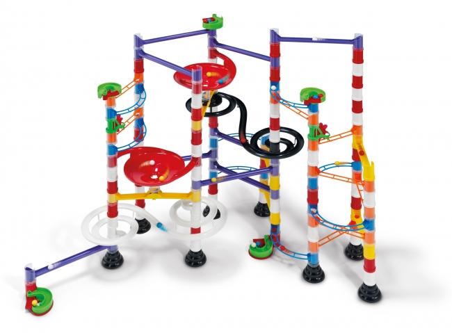Конструктор Quercetti Бегущие шарики Maxi (224 элемента)Бегущие шарики Maxi (224 элемента)Создайте свой собственный трек для шариков! Можете скопировать конструкцию, изображенную на коробке, или придумать свою. Детали соединяются бесконечное количество раз.  Интересно, что наблюдая за путешествиями шарика, малыш узнает некоторые законы физики, такие как скорость, сила тяжести и другие. При этом развивая свою фантазию и конструкторские навыки, строя все новые и новые лабиринты. Игрушка способствует развитию творческого и логического мышления. У коробки есть удобная ручка для переноски.   В комплект входит: 3 спиральных рельса 5 маленьких виражей 2 больших виражей 8 прямых рельс 8 дугообразных рельс 134 вертикальных трубки 10 стоек 1 альбом с примерами другие детали<br>
