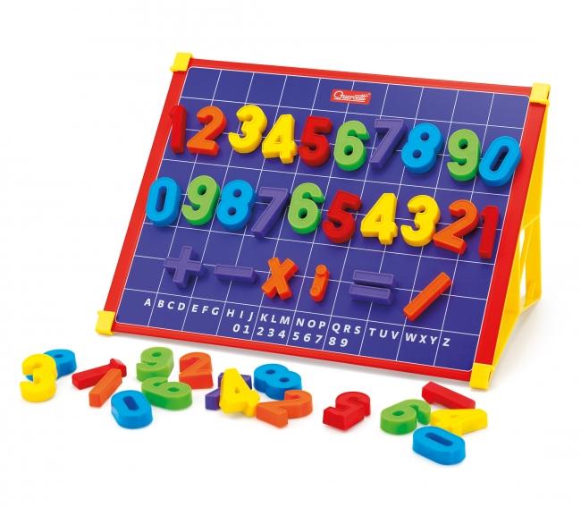 Quercetti Математическая магнитная доска (64 элементов)Математическая магнитная доска (64 элементов)Математическая магнитная доска Quercetti 64 элемента.  Магнитные цифры развивает воображение и умственные способности ребенка и логику крохи, что очень важно для деток в столь раннем возрасте.   В набор входит:  1 двухсторонняя магнитная доска  64 различные цифры и математических знаков  2 подставки для доски   2 кейса для цифр    Особенности:   привлекает внимание малыша  станет настоящим развлечением  изготовлена из высококачественного материала  развивает умение следовать правилу  истинное удовольствие от игры  малыш может одновременно развлекаться и играть  64 магнитные цифры (от 0 до 9), а также знаки умножения, деления, плюс, минус и равно  магнитная доска (25*36 см) на двух подставках  всевозможные кнопки и забавные детальки  способствует развитию памяти и логического мышления  развитие творческих способностей, внимания и усидчивости<br>