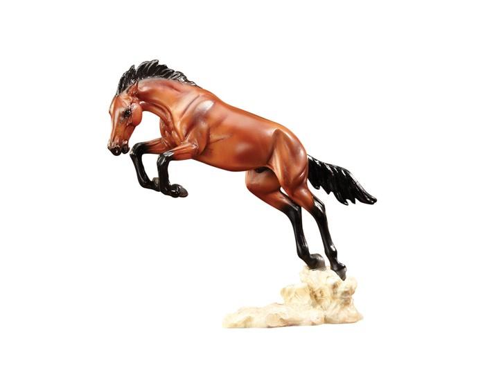 Breyer Скульптура Дикий Бронко (по мотивам Ф.Ремингтона)Игровые фигурки<br>Скульптура лошади Дикий Бронко (по мотивам Ф.Ремингтона) из серии Лошадь в искусстве создана мастерами компании Breyer.   На данный момент продукты компании Breyer являются самыми реалистичными копиями лошадей благодаря точности линий, проработке мелких деталей и ручной росписи. Все это позволяет сделать каждую лошадь особенной и абсолютно не похожей на других.  Фредерик Ремингтон (1861-1909) восхищался Диким Западом, ковбоями и дикими лошадьми, и это отразилось в его картинах и скульптурах. Повседневная жизнь Дикого Запада воссоздана в них до мелочей. Одно из его наиболее известных полотен, изображающее ковбоев, укрощающих дикого коня, теперь оживает в новой скульптуре от Breyеr!   Модель лошади на подставке Дикий Бронко из серии Лошади в искусстве станет настоящим подарком как для коллекционеров и ценителей искусства, так и просто для любителей лошадей.   Размер лошади Д х В - 14.6 х 12.7 см  Лошадь упакована в подарочную закрытую коробку. Изготовлена из скульптурного пластика, абсолютно безопасна в использовании.