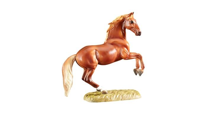 Breyer Скульптура Королевская кровь (по мотивам Джорджа Стаббса)Скульптура Королевская кровь (по мотивам Джорджа Стаббса)Скульптура лошади Королевская кровь (по мотивам Джорджа Стаббса) из серии Лошадь в искусстве создана мастерами компании Breyer.   На данный момент продукты компании Breyer являются самыми реалистичными копиями лошадей благодаря точности линий, проработке мелких деталей и ручной росписи. Все это позволяет сделать каждую лошадь особенной и абсолютно не похожей на других.  Английский художник Джордж Стаббс (1724- 1806) известен своими удивительными картинами, изображающими лошадей.  Изображая этих благородных животных он уделял большое влияние анатомичности и пропорциям, поэтому лошади на его картинах невероятно реалистичны.  Стремясь понять, как устроено тело лошади и работают ее мышцы, он изучал их тела, а полученные знания впоследствии изложил в книге Анатомия лошади, популярной до сих пор. Его знаменитый портрет Уислджекет (Whistlejacket), написанный маслом, был заказан вторым маркизом Рокингемским, Чарльзом Уотсоном-Уэнтвортом, и изображал его скаковую лошадь. Сегодня увидеть эту картину можно в Национальной Галерее в Великобритании.   Модель лошади на подставке Королевская кровь из серии Лошади в искусстве станет настоящим подарком как для коллекционеров и ценителей искусства, так и просто для любителей лошадей.   Размер лошади Д х В - 14.6 х 12.7 см  Лошадь упакована в подарочную закрытую коробку. Изготовлена из скульптурного пластика, абсолютно безопасна в использовании.<br>