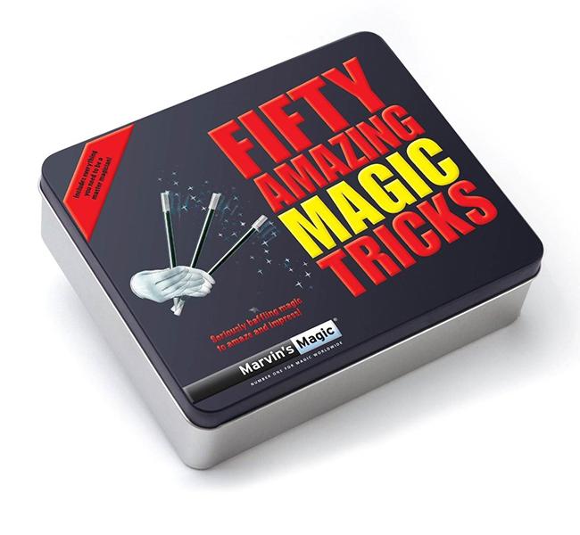 Marvins Magic Набор фокусов 50 удивительных трюков и фокусовНабор фокусов 50 удивительных трюков и фокусовВ этой маленькой волшебной коробочке спрятано все, что нужно для того, чтобы стать мастером-волшебником. Откройте коробочку - узнайте тайну настоящего мастерства! В наборе есть все необходимые атрибуты. С помощью летающей спички Вы сможете показать трюк, как она невероятным образом парит в воздухе. С помощью таинственной карты Вы сможете обмануть глаза и умы зрителей. 50 удивительных трюков, которые не дадут скучать Вам и Вашим друзьям!  Набор создан всемирно известным фокусником Марвином Бергласом, который основал британскую фирму Marvins Magic. Игра с фокусами развивает:  Логическое мышление Координацию движений Воображение и фантазию Артистизм Навыки общения  Ваш ребенок также научится держать себя на публике и чувствовать ее.  Набор изготовлен из качественных, безопасных для здоровья детей материалов, что подтверждено сертификатами качества.  В набор входит: 2 скрепки, 3 палочки, 2 упаковки карт, карты с цифрами, пружинка, 2 кубика, резинка, прищепка, колода карт, 2 колбы, иллюстрированная брошюра с инструкциями для 50 фокусов.<br>