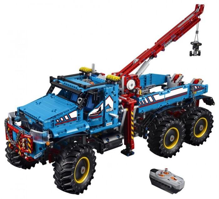 Конструктор Lego Technic 42070 Лего Техник Аварийный внедорожник 6х6Technic 42070 Лего Техник Аварийный внедорожник 6х6Конструктор Lego Technic 42070 Лего Техник Аварийный внедорожник 6х6 представляет собой высокогабаритный внедорожник, оснащённый мощной ходовой платформой, грузовой стрелой с крюком на конце и выдвижными аутригерами по бокам.  Особенности: Весь корпус автомобиля окрашен в броский небесно-голубой цвет с белыми вставками, а различный обвес (та же стрела, аутригеры и силовой бампер) выполнен в красном Кабина автомобиля, доступ к которой открывается через две боковые двери, оборудована парой пассажирских кресел и рулевым управлением Перед лобовым окном расположен завышенный капот со скрытым внутри 4-х цилиндровым двигателем Капот защищает силовой бампер с цепью и забавным декоративным элементом — плюшевым мишкой Кузов автомобиля расположен на четырёхколёсной платформе, тесно связанной с кабиной В стыке между кузовом и кабиной также находятся выдвижные аутригеры, о которых уже говорилось раньше Грузовая стрела, размещённая здесь же, оснащена пневматическим поршнем и парой шестерней, регулирующих длину лебёдки с крюком Задние пары колёс имеют очень свободный развал, что позволяет автомобилю с лёгкостью перемещаться по бездорожью Запусти входящие в комплект двигатели Power Functions и используй пульт дистанционного управления, чтобы поворачивать, ехать вперёд или назад, выдвигать выносные опоры, поворачивать, поднимать или опускать стрелу крана или поднимать и опускать грузы с помощью лебедки.  Модель перестраивается в Исследовательский Перевозчик. Количество деталей: 1862<br>