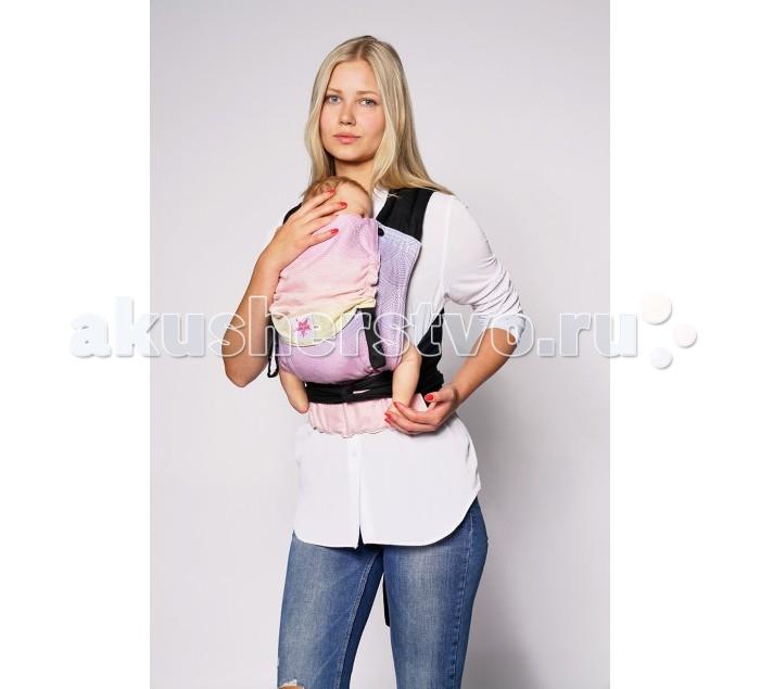 Рюкзак-кенгуру Kokadi Tai Tai Arielle MarieTai Tai Arielle MarieKokadi Рюкзак-кенгуру Tai Tai Arielle Marie идеальная альтернатива слингу!   Наконец-то объединение: удобная и практичная переноска для малыша из слинговой ткани.   Все переноски Kokadi состоят из шарфовой ткани наивысшего качества.   Благодаря чему удобно регулируются под малыша с самого рождения и до 1.5 – 2 лет. Тканые слинги Kokadi сотканы из 100% хлопка органического происхождения. Они мягкие и в то же время надежно фиксируют намотку. Не требуют разнашивания.   В май-слинге Kokadi Tai Tai только один замок – на поясе. Плечевые лямки широкие и плотные, распределяют нагрузку по спине оптимально за счет того, что вы можете сделать перекрещивание лямок на удобном уровне.  Плотный пояс регулируются по талии родителя, чтобы быть надежно закрепленным. Поясной фастекс удобно расстегивать одной рукой.   Спинка рюкзака, в которой расположен малыш, изготовлена из тканого слинга Kokadi жаккардового плетения. Плотность плетения ок. 225гр/м2   Ширина спинки удобно регулируется на поясе и фиксируется  липучками. Так можно настроить май-слинг идеально для малыша любого возраста, соблюдая 3 основных правила физиологичного ношения:   М-позиция (угол разведения ножек малыша должен соответствовать возрасту) Поддержку головы малыша Скругление спинки и поддержка позвоночника по всей длине   Капюшон дополнительно поддержит голову  малыша во время сна, защитит от ветра, солнца или дождя. Он удобно крепится на кнопки, расположенные на плечевых лямках. Капюшон можно также свернуть валиком для фиксации и поддержки головы малыша. Вместе с дополнительно утяжкой верха спинки рюкзака он отлично справляется с задачей поддержки головы крохи в возрасте до 4 мес.   В эргономичном Kokadi Tai Tai можно носить малыша спереди и на спине.   Kokadi Tai Tai имеет европейские и американские стандарты качества и безопасности.   Детали: 100% натуральные ткани. Мягкие наполненные плечевые лямки для максимального комфорта. Плотный поясной ремен