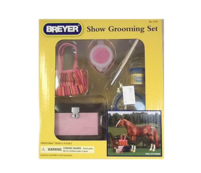 Breyer Набор для ухода за лошадью и создания образаНабор для ухода за лошадью и создания образаПомимо игровых и коллекционных моделей лошадей Breyer разработали целый ряд разнообразных аксессуаров, позволяющих сделать игру еще более интересной и увлекательной, и создавать целые сценки из жизни любимых лошадок на полке у ребенка.   Набор для ухода за лошадью станет замечательным дополнением к конюшне для Ваших лошадей. Все эти аксессуары пригодятся в любом хозяйстве! А смываемая краска позволит создать индивидуальный и неповторимый образ Вашей лошадки. Можно использовать в качестве декораций для конюшни или для игры.  Набор включает: Ванна Ведро Сумка Смывающаяся краска Блеск Трафареты Кисть   Лошадь продается отдельно, так же дополнительно можно приобрести набор по уходу за лошадью, набор для кормления, хозяйственный инвентарь.   Все изготовлено из высококачественных материалов, экологично и абсолютно безопасно.    Рекомендовано детям от 4 лет.<br>