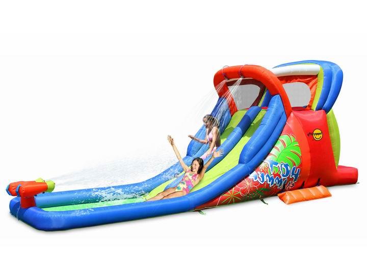 Happy Hop Надувная двойная горка с водой Жара 9129Надувные батуты<br>Конструкция двойной горки с водой придётся по нраву детям любого возраста. Комплекс можно устанавливать и на улице и в помещении.  В прохладное время года его можно установить в спортзале детского сада.  Вода поступает с двух точек сверху и делает скольжение по горке мягким и быстрым.  Две небольшие разноцветные водяные пушки внизу позволяют обливать других играющих на горке ребят.  Гонка по кругу с друзьями все лето. Идеально подходит для тех, кто любит выигрывать! Наслаждайтесь этим удивительным тропическим приключением на Вашем собственном заднем дворе. Оформление в стиле тропических джунглей дают множество позитивных эмоций.  Прыжковая поверхность: ПВХ ламинированный (laminated PVC) Поверхность батута: ламинированная ткань Оксфорд Застежки: лавсан Крепеж к земле: пластмасса.  В комплекте: Надувной батут  Насос Пакет стержней для крепления к земле Большая сумка для переноски Ремонтный комплект и инструкцию  Размер ДхШхВ (см): 605х210х230