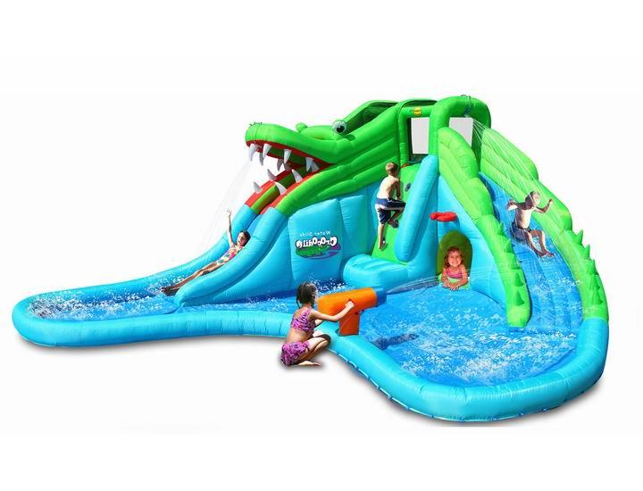 Happy Hop Надувная горка с водой Крокодил 9517Надувная горка с водой Крокодил 9517Надувная горка с водой Крокодил 9517 это великолепное сооружение из скоростного съезда с водяными разбрызгиванием и не очень глубокого бассейна. Размеры изделия: 570см x 515см x 240см.  Прыжки и катание с горки понравятся детям на надувном аттракционе с водой Крокодил 9517. Вы будите слышать веселый смех ребят. Отличное настроение им обеспечено особенно летом в жаркую погоду ведь можно устроить игры с водой.  Для установки аттракциона нужен участок размером четыре на три метра и доступность подключения воды. Горка интересной формы с маленьким поворотом добавляет остроты впечатлениям при катании.  На горку обычно забираются по наклонной поверхности с помощью ручек из мягкого материала по бокам. Есть ступеньки в виде углублений для ног.  На верхней площадке горки безопасность детей обеспечивает прочная сетка. Венчает горку, огромный надувной крокодил. Его пасть это выход на горку.  Скользящая поверхность из супер ткани Оксфорд. Эта ткань отлично защищает латексный внутренний слой.  Вода поступает сверху на горку и дает еще лучшее скольжение. Добавляет веселья в игру. После скатывания малыши попадают в маленький бассейн. Другое место подачи воды это цветастая двигающаяся пушка, из которой можно обливать водой других игроков.  Прыжковая поверхность&#65306; ПВХ ламинированный (laminated PVC) Подъем: ПВХ ламинированный (laminated PVC) Застежки: лавсан. Крепеж к земле: пластмасса.  В комплекте: Надувной батут  Насос Пакет стержней для крепления к земле Большая сумка для переноски Ремонтный комплект и инструкцию  Размер ДхШхВ (см): 570х515х240<br>