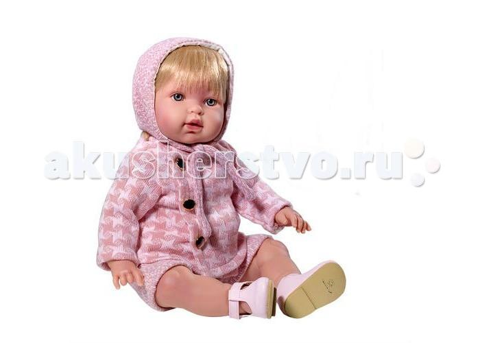 Vestida de Azul Марина-инфанта в розовом костюме для прогулки мягконабивная 45 смМарина-инфанта в розовом костюме для прогулки мягконабивная 45 смVestida de Azul Марина-инфанта в розовом костюме для прогулки мягконабивная 45 см не только выглядит, как настоящий младенец, но еще умеет плакать и произносить слова «мама, папа», что придаст игре реалистичности. Наряд в стиле «Шанель» в легендарную «гусиную лапку» не оставит равнодушным ни одного модника.   Внешность куклы детально проработана: симпатичное детское личико, милые младенческие складочки, легкий румянец и пухлые щечки.У куклы светлые, густо прошитые волосы, которые можно оригинально укладывать.  С малышкой Мариной девочка научится быть заботливой, аккуратной и ответственной. Кукла изготовлена из высококачественного,  приятного на ощупь бархатистого винила.<br>