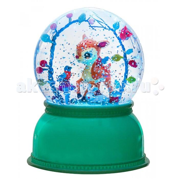 Djeco Лампа электрическая настольная: ночник ОленёнокЛампа электрическая настольная: ночник ОленёнокDjeco Лампа электрическая настольная: ночник Оленёнок украсит детскую комнату каждого ребенка и станет прекрасным подарком для малыша. Ночник выполнен в виде шара со снегом, внутри которого спрятался маленький олененок с зайчиком и другими лесными животными.   Включив ночник, малыш увидит нежный разноцветный свет, который преобразит комнату и позволит ребенку не бояться темноты. При этом снежинки блестки внутри шара будут кружить над олененком, а цвета ночника медленно переходить из одного в другой. У ночника подставка нежно-зеленого цвета, в которую встроен переключатель.   Элементы питания устанавливаются через дно ночника с помощью специального винтика таким образом, что ребенок не сможет открыть отделение самостоятельно. Все детали игрушки выполнены из высококачественных нетоксичных материалов и совершенно безопасны для детей.   Ночник имеет 3 режима работы:  Автоматическое выключение через 2 часа Непрерывная работа ночника Ночник выключен Игрушка продается в красивой подарочной коробке  Размер ночника: 14 х 11 см  Для работы ночника необходимы 3 батарейки типа АА<br>