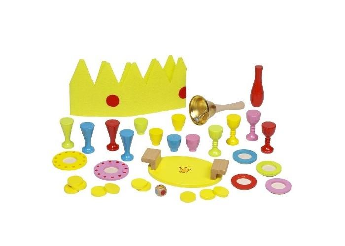 Goki Игра Завтрак короляИгра Завтрак короляGoki Игра Завтрак короля - это игра для 3-4 игроков.   На кухне дворца все сбились с ног, ведь король устроил пир! Посуда быстро ставится на поднос, ведь в любой момент может раздаться звонок королевского колокольчика – сигнал нести поднос.  Цель игры  - выставить находящуюся на подносе посуду перед королем так, чтобы не уронить ни одного предмета. Удачливый разносчик получает от короля золотую монету из сокровищницы. Игра заканчивается, когда будут выданы все семь монет из сокровищницы. Королем или королевой раунда игры становится тот, кто соберет больше всех золотых монет.  Подготовка к игре: королевский поднос стоит в середине игрового стола. Стаканы, тарелки и чашки стоят вокруг него. Монеты находятся в сокровищнице, т.е. в мешочке. Первым королем или королевой становится самый юный игрок. Знаками королевского достоинства являются корона и колокольчик.  В комплект игры входят:  20 предметов посуды поднос королевская корона звонок 7 золотых монет в мешочке (сокровищница)  кубик<br>