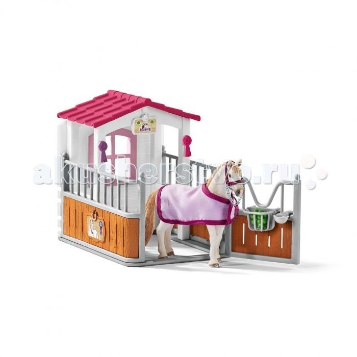 Schleich Игровой набор Стойло с Лузитанской кобылойИгровые наборы<br>Schleich Игровой набор Стойло с Лузитанской кобылой позволит устроить дома настоящую ферму, где будет содержаться грациозное животное.   Особенности: Породистая лошадка стоит в гордом одиночестве около кормушки, в которую насыпаны самые отборные яблоки Кобыла может похвастаться своими наградами, заслуженно полученными на показательных выступлениях Ее изящный стан покрывает красивая попона из мягкого материала На прогулку лошадку можно выводить, держа за недоуздок, а на ночь загонять ее в стойло, оборудованное крышей и закрывающейся дверцей, где кобыла может спокойно отдохнуть и набраться сил для следующих соревнований Все элементы набора выполнены из пластика, красочно оформлены и доставят ребенку огромное удовольствие от сюжетной игры.  В комплекте: стойло лошадь Лузитанской породы попона недоуздок кормушка поилка яблоки 2 медали.