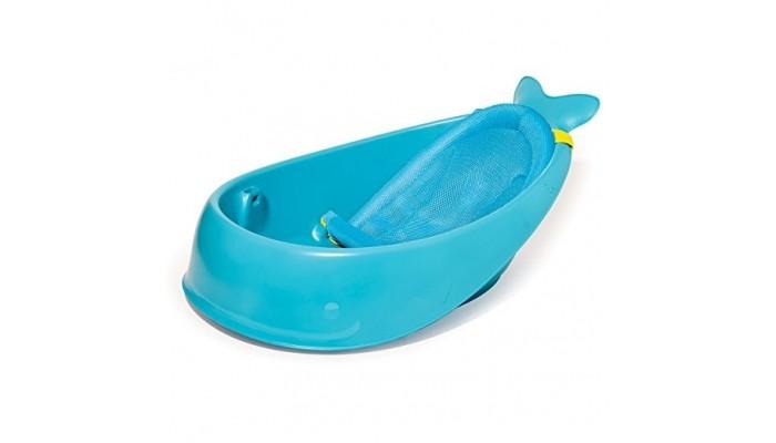 Skip-Hop Ванна для купания КитёнокВанна для купания КитёнокВанна для купания ребенка Skip-Hop Китёнок - это универсальная ванночка, которая растет вместе с ребенком в 3 этапа.     Ванна для купания имеет 3 уровня регулировки:  Первый уровень предназначен для детей с рождения и до 3 месячного возраста. Специальный слинг, выполненный из сетчатого материала, позволяет надежно зафиксировать ребенка в процессе купания. Он крепится непосредственно к самой ванночке с помощью специальных фиксаторов.  Второй уровень предназначен для детей возрастом от 3 до 6 месяцев. В этом случае слинг переводится в сидячее положение, но при этом он продолжает придерживать спинку малыша. В данном варианте использования ребенок будет постепенно учиться сидеть.  Третий вариант предназначен для детей возрастом от 6 месяцев. Если ребенок уже хорошо сидит самостоятельно, то можно убрать слинг совсем, тем самым увеличив пространство для купания.  Особенности:  Ванночка оборудована специальным отверстием для слива воды, которое закрывается с помощью декоративной заглушки.  Для удобного хранения у ванночки имеется специальный крюк.  Ее внутреннее пространство выполнено из противоскользящего материала, что исключает возможность опрокидывания ребенка в процессе купания.<br>