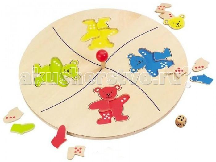 Деревянная игрушка Goki Игра с кубиком МишкиИгра с кубиком МишкиGoki Игра с кубиком Мишки - это разработка института прикладных наук г.Киля. Игроки соревнуются в том, кто первый из них соберет медведя. Казалось бы, цель совсем близко...НО есть правило: игровое поле поворачивается и игрок оказывается сидеть напротив абсолютно другого медведя!  Медвежья карусель это увлекательная игра на логику и удачу для четырех игроков, в которой вам потребуется немного везения и хорошая память. Цель игры заключается в том, чтобы каждый из игроков, бросая кубик, составил фигуру медведя из пяти отдельных частей. Чтобы игра не была слишком простой, вы не должны видеть цвета. На кубике вместо 6 изображена стрелка; если после броска выпадает именно она, карусель вращается. После этого все зависит от удачи: после остановки диска вы должны продолжать собирать медведя, находящегося ближе всего к вам.<br>
