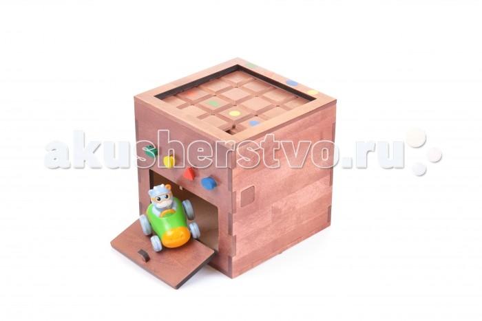 Квадрашка Логическая играЛогическая играЛогическая игра Квадрашка относится к области развивающих логических игр-головоломок, а именно к занимательным механическим манипуляторам, веселому времяпрепровождению, развитию умственных способностей, развитию моторике рук, развитию мотивации к получению сюрприза внутри самой игры.  Игра на первый взгляд простая, но для получения ключей придется много подумать и сделать массу механических перемещений на игровом поле кубиками так, чтобы ключи выпали, и с помощью них можно было получить дополнительный приз.   Правила логической игры: Игровая конструкция представляет собой квадратный ящик, разделённый на две части: игровое поле и шкатулку. На игровом поле находится 15 кубиков. 4 кубика имеют рисунок в виде геометрической фигуры, внутри которых находятся ключи. Ключи можно получить из ячейки ящика, к которой нужно подвести квадраты с ключами. Вынуть фишки нельзя, а можно только перемещать их по игровому полю. Задача игрока – подвести квадраты с геометрическими фигурами к ячейки ящика, забрать ключ, собрать все 4 ключа, вставить в соответствующие замки ключи такой же формы, открыть шкатулку, получить приз. Благодаря форме «КВАДРАШКИ» игра устойчиво стоит на столе, полу и любой горизонтальной поверхности.  Методичка  Предварительно положите в секретную шкатулку приз, подарок или то, что поможет продолжить проходить задания. Для начала игры, проверьте все ли ключи на месте, в своих фишках на игровом поле. Обратите внимание на предложенные варианты игр, пробуйте адаптировать уровни под ваших детей.  Базовый уровень Образовательный уровень Простой Вывести фишки с ключами на середину поля, далее игрок начинает подводить фишки с треугольником к треугольнику на планке игры для получения ключа и так далее с остальными фишками с геометрическими фигурами. После получения всех 4 ключей, игрок вставляет ключи в пазлы, расположенные над дверцей секретной шкатулки, нажимает на деревянный выступ на боковой стенке игры. Усложнённый Вывести фишки