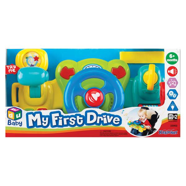 Keenway Игрушка Подставка с рулемИгрушка Подставка с рулемПодставка с рулем – интересная игрушка для автогонщика Эта игрушка от Keenway будет интересна как мальчикам, так и девочкам, ведь малыши часто копируют своих родителей.  Играя с ней, ребенок будет чувствовать себя взрослым водителем, и представлять, как он едет на машине.   Разноцветные детали понравятся совсем маленьким, а руль и переключатели скоростей, деткам постарше. Сделана игрушка в виде руля, по бокам которого находятся настоящие ключ для зажигания и переключатель скорости.   Чтобы игрушка заработала, следует перевести рычаг скорости в положение ON и повернуть ключик зажигания, при этом стрелочки, находящиеся сверху от руля засветятся красным светом и игрушка издаст звук заводящегося мотора.  Со стороны ключа зажигания, внизу, расположена коробочка, прокрутив которую, малыш услышит интересные звуки.  Рычаг для переключения скоростей при нажимании включает зеркальце, в котором крутятся звездочки, одновременно стрелочки мигают, и издается звук.  Внизу под рычагом для переключения скоростей расположены две кнопочки.  На одной нарисованы нотки, и нажимая на них, малыш услышит разнообразную музыку.  Вторая кнопочка со знаком восклицания, при нажатии на нее, игрушка издает звук работающего мотора.   Поворачивая руль вправо и влево, ребенок будет слышать характерный треск.  Подставка с рулем предназначена для малышей от 6 месяцев.   Занятия с ней развивает моторику маленьких рук, позволяет освоиться с цветами, помогает запомнить, где право и лево, улучшает звуковое восприятие.   Для работы нужны батарейки АА – 2 штуки, которые входят в комплект.   Игровые наборы сертифицированы, экологически безопасны для ребенка, использованные красители не токсичны и гипоаллергенны.<br>