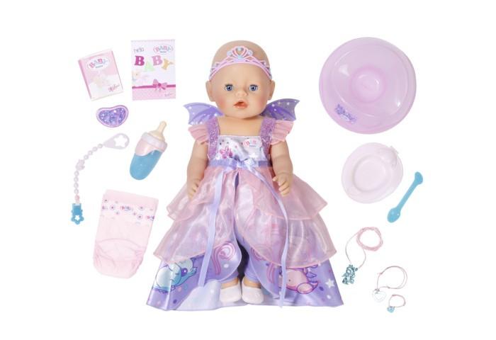 Zapf Creation Кукла Baby born ВолшебницаКукла Baby born ВолшебницаИнтерактивная кукла ZAPF Creation Baby born Волшебница выглядит просто потрясающе! На ней длинное пышное платье в розовых и фиолетовых тонах с пышной, многослойной юбочкой, кокетливым небольшим бантиком под грудью и коротенькими рукавами, на спине крылышки, на голове изящная розовая корона, а на ножках стильные белые балетки.  Малышка выглядит очень реалистично, как настоящий ребенок, у нее открываются и закрываются глазки, подвижные ручки и ножки, на лице румянец и пухлые губки. После Увлекательного путешествия может утомиться, поэтому ее обязательно нужно искупать, накормить, посадить на горшок или поменять подгузник и, конечно, уложить спать.    В наборе:   Бутылочка;  Соска со специальным креплением;  Тарелочка с ложечкой;  Горшок;  Подгузник;  Специальная смесь для кормления;  Два браслета для девочки и Бэби Борн.<br>