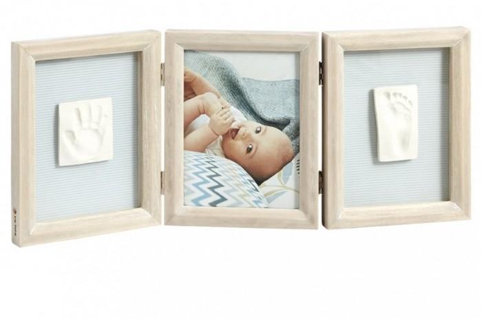 Baby Art Рамка тройная КлассикаРамка тройная КлассикаBaby Art Рамка тройная Классика. Тройная деревянная рамочка классического дизайна позволит создать неповторимый сувенир на долгую память. Позволяет разместить фото и 2 отпечатка - ручки и ножки - малыша. Набор наклеек дает возможность проявить фантазию и персонализировать внешний вид рамочки.   Просто в изготовлении, безопасно для малыша, не требует запекания, все необходимое в наборе.   Комплект поставки: тройная рамка для фото или отпечатков, герметичный пакет с полимерной массой, брусок для раскатки массы, декоративные наклейки.<br>