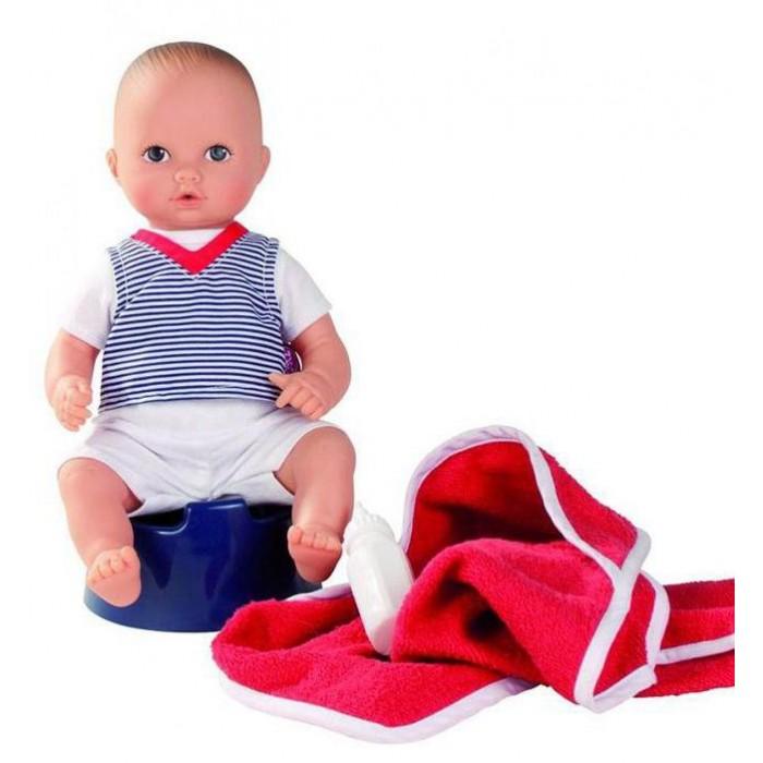 Gotz Кукла Аквини-мальчик 33 смКукла Аквини-мальчик 33 смGotz Кукла Аквини-мальчик 33 см - это маленький пупс, которого можно кормить из бутылочки и обучать самостоятельному хождению в туалет.    Пупса можно купать, кормить и сажать на горшок. Игрушка выполнена из винила, выдерживает длительное пребывание в воде, что позволяет ребенку брать ее с собой в ванну или купаться вместе в бассейне. После купания пупса можно укутать в мягкое полотенце и покормить из бутылочки, после чего он будет с удовольствием сидеть на синем горшочке.  Кукла одета в белый короткий костюм, сверху полосатая футболка. У куклы реалистичный внешний вид: на руках складочки, детально передано строение ног и рук ребенка, повторяются позы малыша. Глаза расписаны вручную, они неподвижны. Тельце пупса твердое, ручки и ножки не сгибаются. Головка поворачивается вправо и влево.  В процессе игры у ребенка формируется логическое мышление, развивается речь. Девочка осваивает нормы и правила поведения, знакомится с особенностями строение тела и функциями организма.  В наборе: Пупс Банное полотенце Бутылочка для кормления Горшок  Кукла и аксессуары выполнены из качественных материалов, которые соответствуют необходимым стандартам качества.<br>