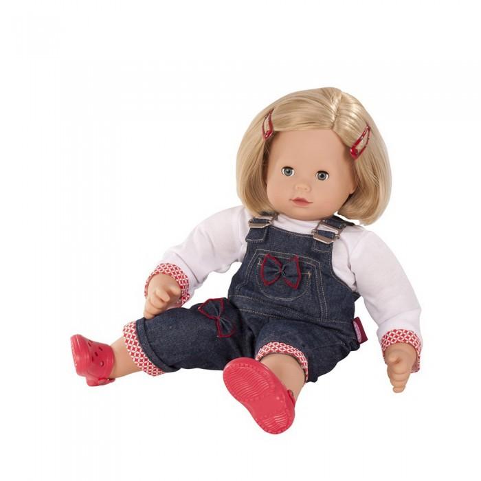 Gotz Кукла Макси-маффин блондинка в джинсовом комбинеКукла Макси-маффин блондинка в джинсовом комбинеGotz Кукла Макси-маффин блондинка в джинсовом комбине подойдёт для создания разнообразных сюжетно-ролевых.   Кукла с мягким животиком  и виниловыми частями тела легкая и приятная на ощупь. У нее вшитые волосы, которые прочно держатся, позволяя делать прически, расчесывать и мыть голову кукле. На малышке синий комбинезон на лямках и розовая кофточка, на ногах ярко-красные сандалики. Кукла имеет короткие светлые волосы, которые убраны от лица двумя красными заколками. Малышку можно переодевать, менять ей наряды, укладывать спать или брать с собой на прогулку. Тело у куклы мягкое. Голова поворачивается. Глазки закрываются, когда малышка ложиться спать.  Кукла выполнена из качественных материалов с учетом необходимых стандартов, соответствующих европейским нормативам. Кукла приятна на ощупь, стимулирует сенсорное развитие ребенка, знакомит с новыми материалами и формами.  В наборе: кукла расческа<br>