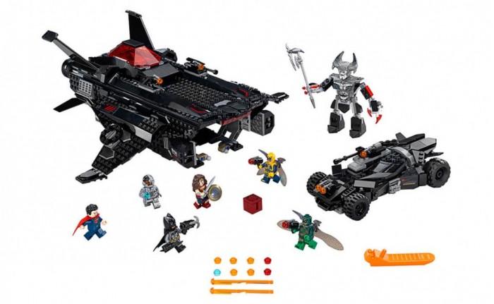 Конструктор Lego Super Heroes 76087 Лего Супер Герои Нападение с воздухаSuper Heroes 76087 Лего Супер Герои Нападение с воздухаКонструктор Lego Super Heroes 76087 Лего Супер Герои Нападение с воздуха позволит погрузиться в мир Супергероев.  Лига Справедливости приготовилась к решающей битве. Коварный Степпенвулф и его приспешники Парадемоны смогли завладеть Материнским Ящиком – древним могущественным артефактом. С его помощью злодеи смогут получить неограниченные возможности. Научатся управлять пространством и энергией, а также подчинят себе все миры Вселенной. Но команда супергероев попытается их остановить. Применив свои невероятные способности, Супермен, Чудо-женщина, Бэтмен и Киборг ринутся в бой, чтобы добро в очередной раз одержало победу над злом.  Особенности: Из деталей набора Лего 76087 Вы сможете собрать масштабную модель боевого транспортного средства Бэтмена. Оно представляет собой летательный аппарат, выполненный в классическом чёрном цвете Спереди виден прямоугольный нос, украшенный красными сигнальными огнями и эмблемой в виде летучей мыши По бокам располагаются симметричные крылья. Каждое оборудовано подвижными закрылками, улучшающими аэродинамические характеристики Под крыльями спрятаны пружинные орудия, наносящие прицельные удары по противнику В хвостовой части фюзеляжа устроена кабина пилота. Она прикрыта защитным красным куполом, сняв который, можно рассмотреть интерьер. Здесь есть два посадочных места, поставленных спина к спине, и две приборных панели для управления всеми системами истребителя Перед кабиной закреплены два дополнительных орудия, бьющих без промаха Особого внимания заслуживает грузовой отсек. Он представляет собой открытую вместительную нишу. Благодаря опускающимся пандусам в неё можно закатить бэтмобиль. При этом во время полёта он не выпадет и не повредится. За безопасную транспортировку отвечают поднимающиеся напольные фиксаторы и прорезиненные потолочные амортизаторы. Размер истребителя-транспортировщика: 13х34х37 см Размер 