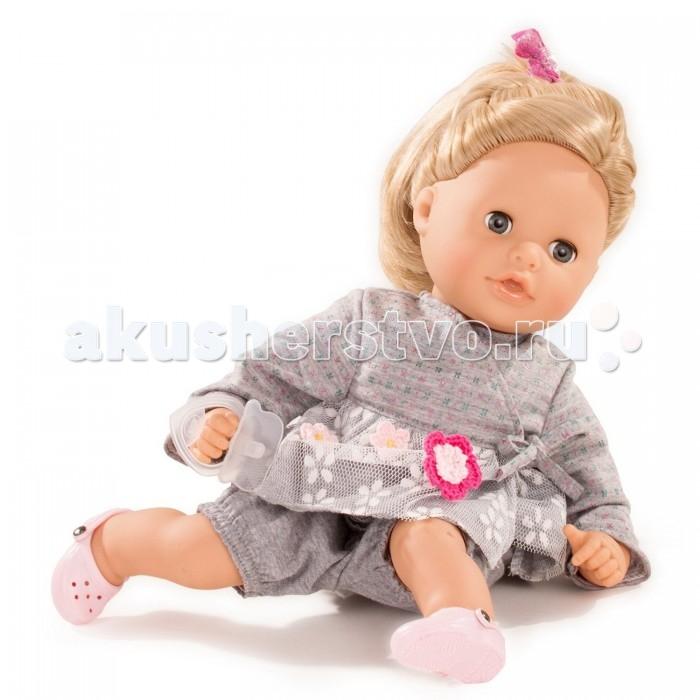 Gotz Аквини европейка 33 см блондинкаАквини европейка 33 см блондинкаGotz Аквини европейка 33 см блондинка - это милая кукла, которая станет замечательным подарком для девочки.   Кукла с мягким телом и ручками, ножками и лицом из винила подходит для активных игр дома и на улице. Куклу можно переодевать и делать различные прически. Кукла имеет светлые волосы, которые прочно вшиты для избежания выпадения во время активных игр детей.  На куколке ее любимое удобное серое платьице с сетчатой юбочкой и шортики, на ногах у нее нежно-розовые туфельки. Прекрасные светлые волосы куколки убраны в красивую прическу и украшены розовой блестящей резинкой. Глазки куклы закрываются. Головка поворачивается вправо и влево.  Кукла, одежда и аксессуары выполнены из качественных материалов с учетом необходимых стандартов, соответствующих европейским нормативам. Куклу можно мыть, для поддержания одежды в опрятном виде рекомендуется щадящая машинная стирка при температуре 30 градусов.<br>
