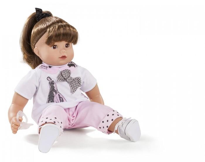 Gotz Кукла Макси Маффин 42 см шатенкаКукла Макси Маффин 42 см шатенкаGotz Кукла Макси Маффин 42 см шатенка понравится каждой девочке и сможет подарить много незабываемых часов общения с качественной игрушкой.  Мягконабивная куколка с виниловыми частями тела подходит для активных игр детей дома и на прогулке. Кукле можно придавать различные позы, переодевать и укладывать спать. На куколке замечательный летний костюмчик, украшенный бантиком и блестящим принтом на футболке и узором в виде горошка на отворотах брюк. Ножки куклы обуты в светлые кеды. У куклы закрывающиеся глазки с ресницами. Длинные темные волосы куколки подняты наверх и собраны в хвостик. Волосы куколки можно укладывать в различные прически, расчесывать, мыть. Голова у куклы поворачивается.  Кукла и одежда выполнены из качественных материалов, которые проходят необходимые тестирования, имеют сертификаты качества и абсолютно безопасны для игр детей.  Общение с реалистичной куклой и манипуляции с ней стимулируют всесторонне развитие ребенка: развивается мышление, речевые процессы и моторные навыки. Дети учатся ответственности, заботе и внимательному отношению к окружающим.<br>