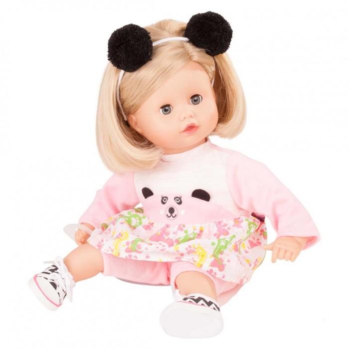 Gotz Маффин блондинка 33 смМаффин блондинка 33 смGotz Маффин блондинка станет любимой куклой и постоянным спутником Вашей малышки. Кукла с мягким телом приятна на ощупь, ее можно переодевать, укладывать спать и гулять вместе.  Кукла с реалистичными чертами лица имеет глаза с ресничками, которые закрываются, когда куклу укладывают спать. Головка куклы поворачивается вправо и влево. У куколки светлые волосы, которые аккуратно собраны под ободком с забавными плюшевыми помпонами-ушками. Волосы можно собрать в хвостик или аккуратно сделать другую прическу. Кукла одета в розовую тунику с мордочкой панды на животике и уютные штанишки, на ножках полосатые кеды. Также в комплекте есть соска-пустышка.  Каждая кукла Gotz имеет маркировку – ярлычок на одежде, который свидетельствует о подлинности продукции. Кукла и аксессуары выполнены из качественных материалов, которые проходят обязательные тестирования на соответствие европейским стандартам качества игрушек.<br>