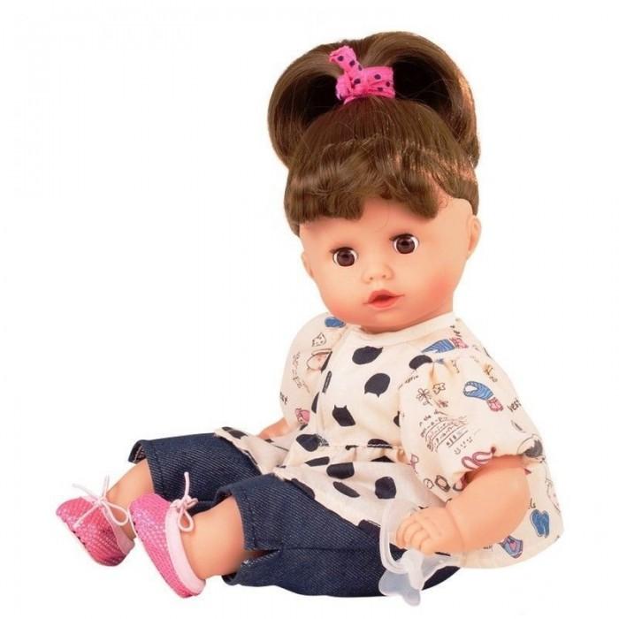 Gotz Маффин шатенка 33 смМаффин шатенка 33 смGotz Маффин шатенка станет любимой куклой и постоянным спутником Вашей малышки. Кукла с мягким телом приятна на ощупь, ее можно переодевать, укладывать спать и гулять вместе.  Мягкое тело позволяет придавать кукле различные позы, ее удобно прижимать к себе и обнимать. Кукла с реалистичными чертами лица имеет глаза с ресничками, которые закрываются, когда куклу укладывают спать. Головка куклы поворачивается вправо и влево. У куколки темные волосы, которые аккуратно собраны в хвост. Волосы можно распустить или аккуратно сделать другую прическу. Кукла одета в кофточку с пестрым рисунком и джинсы, на ножках розовые балетки. В руках куколка держит соску-пустышку.  Каждая кукла Gotz имеет маркировку – ярлычок на одежде, который свидетельствует о подлинности продукции. Кукла и аксессуары выполнены из качественных материалов, которые проходят обязательные тестирования на соответствие европейским стандартам качества игрушек.  Реалистичный пупс стимулирует раннее развитие ребенка, развивает речь и логическое мышление, моторные навыки. Кукла приучает ребенка к ответственному и самостоятельному принятию решений, а также помогает весело и интересно проводить время с качественными игрушками.<br>