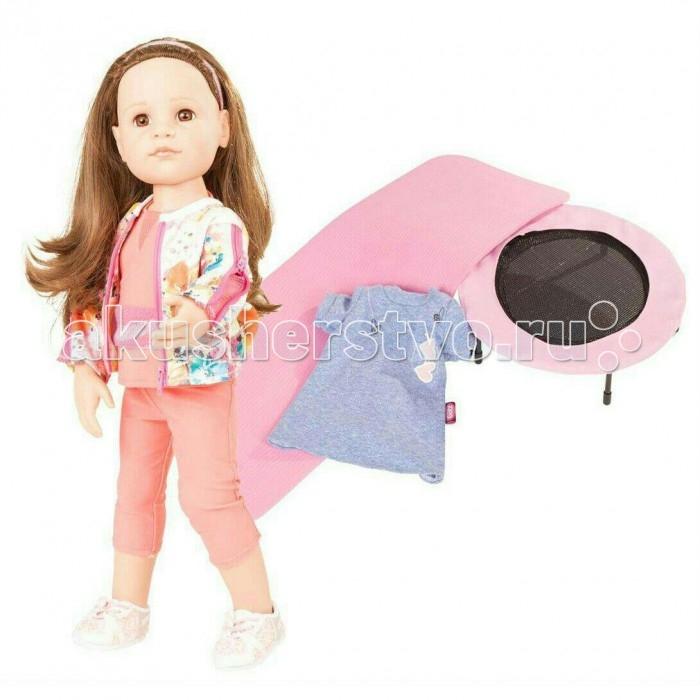 Gotz Кукла Ханна в спортзале 50 смКукла Ханна в спортзале 50 смGotz Кукла Ханна в спортзале - эта очаровательная кукла  станет замечательным подарком для девочки. С необычной куклой, которая так похожа на настоящую девочку, можно проводить много времени вместе, придумывая увлекательные сюжеты для игр.  Кукла Ханна с твердым виниловым телом подходит для активных игр дома и на улице. Куклу можно переодевать и делать различные прически. Кукла имеет длинные волосы пшеничного цвета, которые прочно вшиты для избежания выпадения во время активных игр детей. Ручки и ножки у куклы не сгибаются. Голова поворачивается. Глазки не закрываются.  Ханна одета в спортивный наряд - розовые лосины, футболку и яркую спортивную куртку на молнии. На ножках, конечно же, модные кроссовки. Спортивная куртка имеет специальные сетчатые вставки под молнией на рукавах, которые способствуют лучшему термообмену во время занятий спортом. В комплекте с куклой девочка найдет сменное голубое платье, в которое можно переодеть Ханну после тренировки, а также спортивный батут и специальный коврик для занятий йогой.  В наборе: кукла Ханна лосины футболка куртка платье кроссовки батут коврик для йоги Кукла, одежда и аксессуары Gotz выполнены из качественных материалов с учетом необходимых стандартов, соответствующих европейским нормативам. Куклу можно мыть, для поддержания одежды в опрятном виде рекомендуется щадящая машинная стирка при температуре 30 градусов.<br>