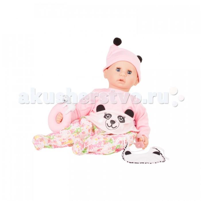 Gotz Кукла Куки с аксессуарамиКукла Куки с аксессуарамиGotz Кукла Куки в розовом костюме с изображением панды, с различными аксессуарами станет любимой игрушкой Вашей девочки.   Пупс может принимать различные позы. Игрушку можно переодевать, укладывать спать и брать с собой на прогулку. Ребенок сможет придумать много интересных игр с очаровательным пупсиком. У куклы мягкое тело, голова, руки и ножки из винила. Куклу приятно обнимать, прижимать к себе. Глазки у куклы закрываются, когда она ложится спать. Головка поворачивается вправо и влево.  Пупс одет в розовую кофточку с изображением мордочки панды, на голове шапочка с помпонами, изображающими ушки панды, на ножках ползунки с цветным узором. Также, в дополнение к комплекту, у пупса есть нагрудник с ушками, как у панды. В руках у малыша успокаивающая мягкая игрушка-кольцо с милым медвежонком, а также пустышка, которая пригодится пупсику, когда он будет готовиться ко сну.  Кукла полностью повторяет вид маленького ребенка. Детально проработанные положения пальчиков, мимика детского личика с голубыми закрывающимися глазами с ресницами располагают к общению, ребенок с удовольствием ощупывает и изучает игрушку.  В наборе: пупс Cookie в одежде нагрудник игрушка-кольцо с медвежонком пустышка Кукла и аксессуары для игры выполнены из качественных, безопасных для игр детей материалов, которые соответствуют европейским стандартам качества.<br>