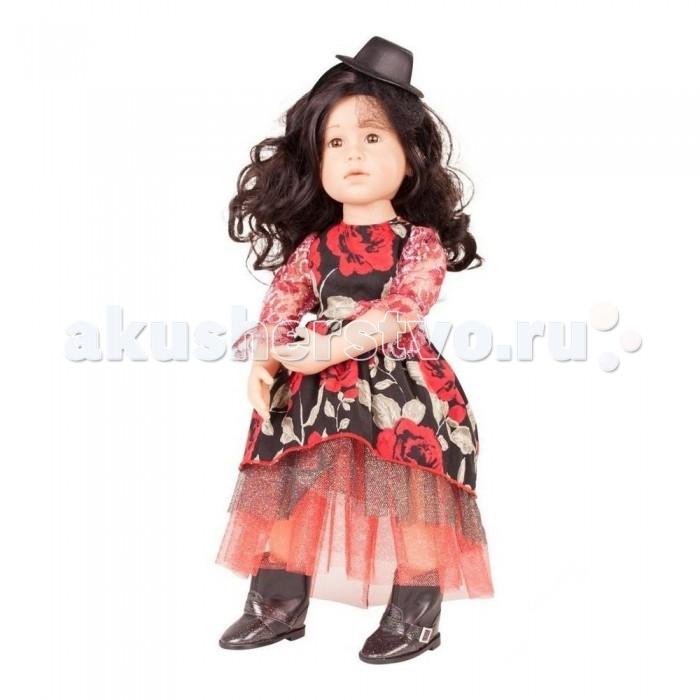 Gotz Шарлотта пиратка 50 смШарлотта пиратка 50 смGotz Шарлотта пиратка - эта необычная кукла станет замечательным подарком для девочки.  Кукла с твердым виниловым подвижным телом подходит для активных игр дома и на улице. Куклу можно переодевать и делать различные прически. Кукла имеет темные длинные волосы, которые прочно вшиты для избежания выпадения во время активных игр детей.  Шарлотта одета в черное платье с яркими красными розами и сверкающим подолом, на голове аккуратная шляпка с полями. На ножках у куколки кожаные сапоги. Необычный образ куклы позволит придумать увлекательную историю о путешествии в дальние края.  Кукла, одежда и аксессуары выполнены из качественных материалов с учетом необходимых стандартов, соответствующих европейским нормативам. Куклу можно мыть, для поддержания одежды в опрятном виде рекомендуется щадящая машинная стирка при температуре 30 градусов.<br>