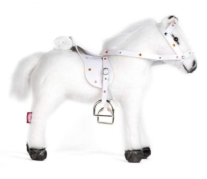 Мягкая игрушка Gotz Белая лошадь с седлом и уздечкой со звукомМягкие игрушки<br>Gotz Белая лошадь с седлом и уздечкой со звуком станет прекрасным дополнительным аксессуаром для вашей любимой куколки!  Милая маленькая лошадка со звуком прекрасно подойдет для куколок высотой 50 см. Если на лошадь нажать, то она заржет, фыркнет и начнет издавать звуки галопа. Седло и уздечка лошадки усеяны стразами, что придает ей особенно привлекательный вид!  Игрушка выполнена аккуратно и качественно, с большим вниманием к деталям. У лошадки мягкий мех, к ней приятно прикасаться, брать в руки.