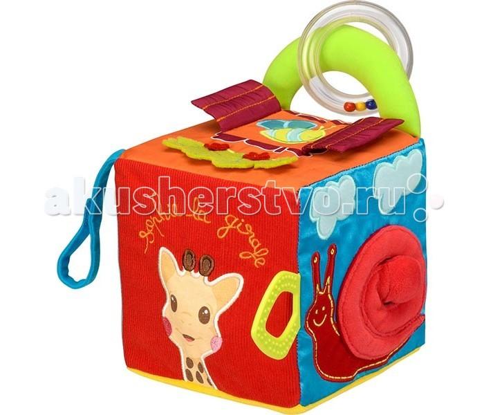 Развивающая игрушка Vulli Куб мягкий 230748Куб мягкий 230748Универсальный гигантский куб, созданный, чтобы стимулировать различные органы чувств ребенка!   Представляет из себя многофункциональный развивающий игровой центр, оснащенный ручкой, которая помогает развить моторику и координацию движений.   Куб включает в себя:  пластмассовое кольцо с маленькими шарами, которые издают шум, когда встряхиваются специальное текстурированное зубное кольцо для ребенка, чтобы помочь маленькому преодолеть период прорезывания практичная полоска Velcro® поможет закрепить игрушку на любом типе коляски, чтобы малыш не скучал во время прогулок   Каждая сторона яркого кубика содержит увлекательный предмет для развлечения и развития ребенка: на одной стороне среди зеленой травы летит бабочка, выполненная в виде объемной аппликации на другой стороне растет цветок с зеркальцем в серединке, его лепестки сделаны из атласного материала на следующей стороне куба можно увидеть малыша, который обнимает всем полюбившегося жирафа Софи на других сторонах кроха увидит объемные аппликации жирафа и улитки<br>