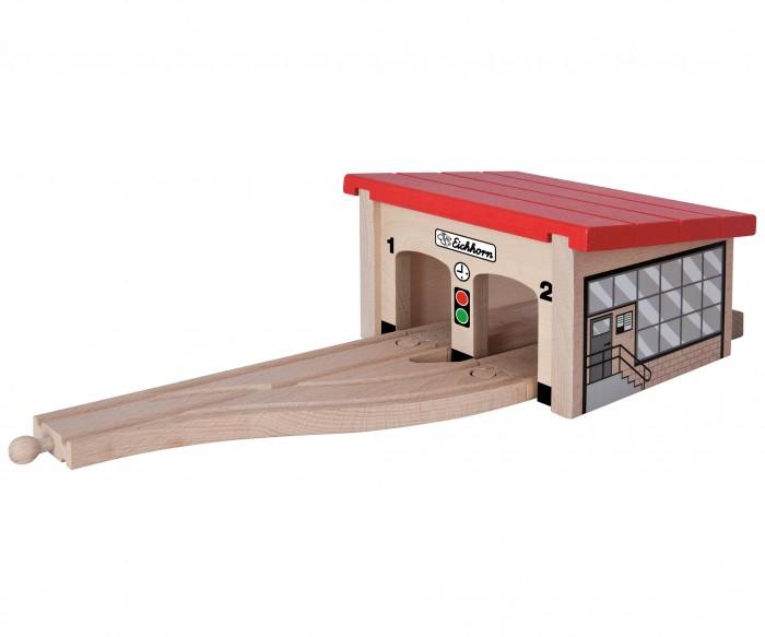 Eichhorn Депо для 2 поездовДепо для 2 поездовДепо для 2 поездов В депо деревянной железной дороги Eichhorn можно разместиться два паровоза, тепловоза или вагончики. Они могут пройти там необходимое техническое обслуживание или просто постоять, дожидаясь, когда необходимо будет снова отправиться в путь.  Неуправляемая стрелка позволит каждому паровозику выбрать, справа ему располагаться в депо, или слева. В состав набора входят: стрелка, депо, тупик - 2 шт., прямые рельсы - 2 шт.<br>