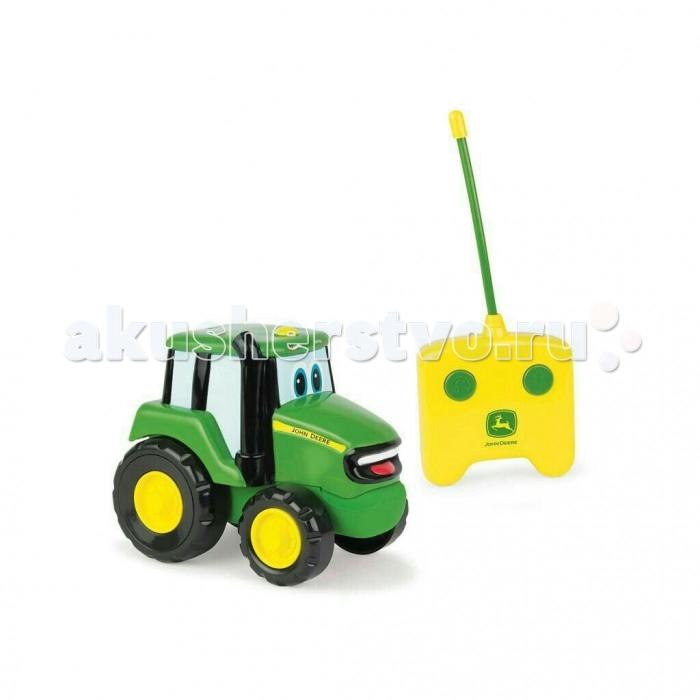 Машины Tomy John Deere трактор Джонни на ручном управлении с пультом tomy игровой набор приключения трактора джонни и поросенка на ферме с 18 мес