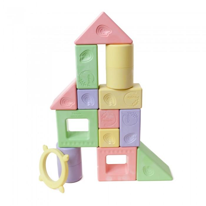 Развивающая игрушка People Набор кубиков Мотти Премиум 28 шт.Набор кубиков Мотти Премиум 28 шт.People Набор кубиков Мотти Премиум - замечательная развивающая игрушка для вашего ребенка. Развивающие игрушки серии Mochi (Мотти) изготовлены из материала, в основе которого используется натуральный рис.  Премиум-набор кубиков Мотти состоит из 28 фигурок, которые подарят вашему ребёнку бесконечные часы игр. Игрушка подойдет малышу с момента рождения до двух лет и старше. Кубики из пластика, изготовленного на основе натурального риса, безопасны в использовании и годятся для обучения и игры.  От рождения до 5 месяцев: Разноцветные фигурки-погремушки успокоят малыша и помогут ему научиться играть с родителями. Погремушки издают различные щёлкающие звуки, которые поднимут ребёнку настроение. От 6 до 11 месяцев: Кубики, специально подобранные по размеру, позволят вашему ребёнку самостоятельно начать строить. Самостоятельно удерживая фигурку-погремушку, ребёнок сможет извлекать из нее разнообразные звуки. От 1 года до 2 лет: Играя, ваш ребёнок начнёт складывать и сортировать кубики, складывать из них различные комбинации. Вы увидите, как день ото дня будет развиваться его умение концентрироваться. От 2 лет: Ваш ребёнок начнёт собирать простые фигуры (башенки и домики), копируя знакомые объекты, которые видит в жизни. В игре начнёт формироваться творческое мышление вашего ребёнка, потому что малыш начнет фантазировать и создавать свои собственные творения.<br>