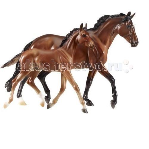 Breyer Набор Лошади Джи-Джи Валентайн и ХартбрейкерНабор Лошади Джи-Джи Валентайн и ХартбрейкерВсе лошади серии Traditional точно воспроизводят характерные черты и особенности представляемой ими породы.   На данный момент продукты компании Breyer являются самыми реалистичными копиями лошадей благодаря точности линий, проработке мелких деталей и ручной росписи. Все это позволяет сделать каждую лошадь особенной и абсолютно не похожей на других.   Модели лошадей Джи-Джи Валентайн и Хартбрейкер, созданная мастерами компании Breyer, относится к серии, представляющей копии реально существующих лошадей.   Джи-Джи Валентайн (GG Valentine), или просто Валентайн,- кобыла макленбургской породы. Это достаточно старая порода, зародившаяся на северо-востоке Германии. Лошади макленбургской породы упоминались еще у Александра Дюма: в его романе Три мушкетера ДАртаньян в одной из глав едет верхом как раз на лошади этой породы. Макленбургские лошади сильны и выносливы, и внешне и по рабочим качествам напоминают ганноверскую породу, что позволяет их использовать в самых разных видах конного спорта, где многие представители породы активно себя проявляют. Кобыла Валентайн- как раз из их числа. Будучи привезенной из Европы в Америку в 2001 году, Валентайн за шесть лет своей карьеры успела взять множество наград. же первые ее серьезные соревнования, First Year Green Working Hunters, принесли ей победу. Далее были победы на чемпионатах в Девоне, Вашингтоне (Международная Конная Выставка) и приз в $ 100000 в национальном американском турнире National Horse Show Hunter Championship.   После ухода на пенсию в 2007 году Валентайн была отдана в племенную работу. Ее жеребенок Хартбрейкер (Heartbraker, англ. сердцеед), родившийся в 2010 году от бельгийского теплокровного жеребца по имени О Стар (Oh Star), призера американских Олимпийских игр по конкуру 2000-го года, по словам ветеринаров, оказался одним из самых быстрых жеребят, встав на ноги после рождения в рекордно короткие сроки. Владельцы пр