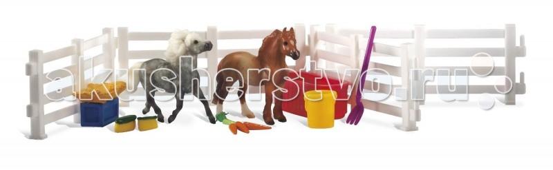Breyer Набор Пони и аксессуарыНабор Пони и аксессуарыВ компании Breyer создают не только скульптуры лошадей, много внимания так же уделяется созданию фигурок животных и людей. Это позволяет сделать игру красочной, разноплановой, с множеством сюжетов.   Набор состоит из 2-х жеребят породы апполузо и пломино. Маленькие жеребята очень любят играть, так же как и маленькие дети. В набор включено все необходимое, чтобы содержать их в чистоте.  В набор входит: Ограда для пастбища - 4 шт Дерево Корыто Аксессуары для ухода за жеребятами Морковка   Все изготовлено из высококачественных материалов, экологично и абсолютно безопасно.    Рекомендовано детям от 4-х лет.<br>