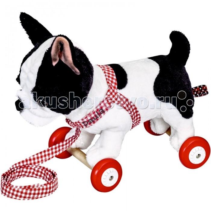 Каталка-игрушка Spiegelburg Собачка бульдог Paula Lustige TierparadeКаталки-игрушки<br>Spiegelburg Игрушка-каталка собачка бульдог Paula Lustige Tierparade  подойдет всем любителям собак! Забавный бульдожек с сильным телом и большой головой не может не очаровать. Такая собачка будет преданным другом вашего ребенка, сопровождая его во всех приключениях.   Тканевый поводок с именем бульдога позволит ребенку почувствовать себя настоящим собаководом!
