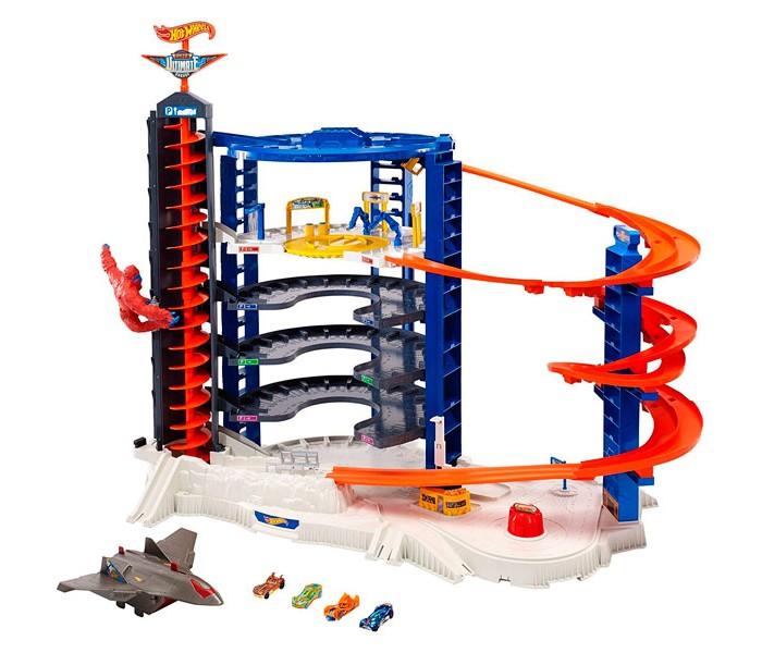 Hot Wheels Mattel Невообразимая БашняMattel Невообразимая БашняHot Wheels Mattel Невообразимая Башня   Вот это да! О таком автотреке мечтает каждый любитель скорости. Конструкция высотой 90 см выглядит невероятно впечатляющей — это целый автопарк с различными трассами, парковкой и даже взлетным полем. Только представьте, столько захватывающих историй можно придумать для игры! Сюда поместится целая коллекция автомобилей. Автотрек рассчитан на 140 машинок.  Но это еще не все! Игровое поле оснащено несколькими моторизованными лифтами, способными перевозить до 23 спорткаров, однако, стоит быть предельно острожными, на башне повисла разъяренная горилла, она может помешать процессу.  Набор также включает в себя множество различных аксессуаров. Мальчик может устроить настоящее ралли, где сразятся 4 ярких гоночных автомобиля, придумать миссию для авианосца, или прокатиться по трассе, минуя препятствия.  В комплекте: 4 реалистичных спорткара Авианосец Фигурка гориллы Дорожные знаки  Обратите внимание, для работы игрушки необходимы батарейки типа LR20.<br>