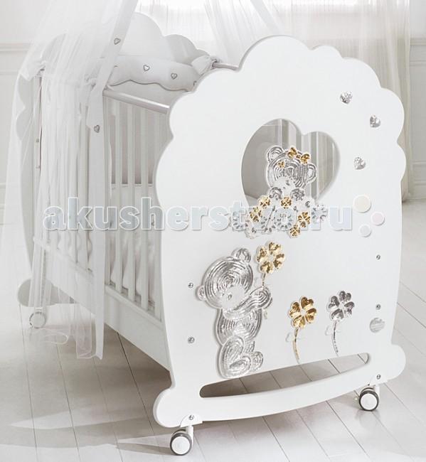 Детская кроватка Baby Expert MeravigliaMeravigliaMeraviglia от Вaby Expert – это изысканность форм и неповторимый итальянский стиль! Потрясающей красоты детская кроватка с забавными медвежатами в качестве декоративного элемента впишется в любой интерьер. Белоснежные чистые цвета и декор, выполненный из золотых и серебряных пайеток - отличительные черты коллекции Meraviglia.  Борта кроватки легко регулируются по высоте, и их можно поднимать и опускать одной рукой.  Монтаж кроватки очень прост за счет системы Easy Fix - упрощенного монтажа без применения инструментов.  Кроватка снабжена 4 проворачивающимися резиновыми колесами и 2 тормозами, которые позволяют передвигать и блокировать кроватку в любом положении в полной безопасности.   При изготовлении используются краски на водной основе, гипоаллергенные, нетоксичные - полностью безопасные для Вашего малыша.  Они гарантируют однородное и прочное покрытие и усиливают природные качества дерева.   Ортопедическое реечное дно сделано в соответствии с европейскими нормативными требованиями (с 15 планками из букового дерева). Такое дно гарантирует ребенку правильное положение и соответствующую опору для позвоночника во время сна.   Дно кроватки можно установить в двух положениях: в верхнем - для первых месяцев жизни, и нижнем - для последующих этапов роста.   Функциональные характеристики: каркас из цельного куска древесины гипоаллергенные оболочки на кромках кровати безопасны при контакте с ротовой полостью ребенка сертификат ISO 9001 свидетельствует о безопасности используемых при окрашивании лаков и красок 15 буковых планок в ортопедической основе кроватки обеспечат правильное положение спины малыша 2 положения дна кроватки – верхнее для первых месяцев жизни и нижнее для малыша от 6 мес высота бортиков в соответствии с европейскими стандартами – более 60 см промежутки между планками боковых ограждений – 4-7 см кровать имеет выдвижной подкроватный ящик, оснащенный доводчиком для плавного и бесшумного закрывания оснащена 4