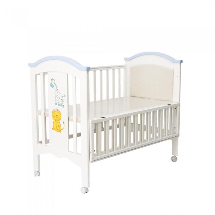 Детская кроватка Chloe &amp; Ryan GD 907GD 907Детская кроватка Chloe & Ryan Жираф и Лев будет прекрасным выбором для детской мальчика.   Выполнена в светлых бело-голубых тонах. Имеет стандартные российские размеры спального места 120х60 см. Оснащена двумя уровнями ложа. Установлена на колесики, которые позволят в любой момент передвинуть кроватку на другое удобное для Вас место. Реечные бортики будут обеспечивать правильную циркуляцию воздуха.   Выполнена кроватка из массива ольхи, а также высококачественного и нетоксичного ЛДСП и МДФ. Также стоит отметить, что при изготовлении кроватки используются исключительно высококачественные лакокрасочные материалы. Кроватка располагает удобным откидным пеленальным столиком.   Детская кроватка Chloe & Ryan Жираф и Лев прекрасный выбор для родителей, которые ценят не только функциональность, качество и комфорт, но также и уникальный дизайн.  Особенности: удобный пеленальный столик материал: ольха обработана гипоаллергенными лаками и красками пластиковые накладки боковин комплектуется сетчатым балдахином с кронштейном откидная спинка для увеличения длины спального места два уровня ложа<br>