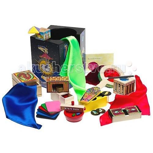 Melissa &amp; Doug Классические игрушки набор Магия Делюкс 2014Классические игрушки набор Магия Делюкс 2014Деревянная игрушка Melissa & Doug Классические игрушки набор Магия Делюкс 2014 - целая коллекция реквизита для юного фокусника.   Фантастический набор включает в себя десять профессиональных фокусов, фокусы для начинающих!   Молодые маги повысят доверие к себе с помощью наших фокусов и разовьют мелкую моторику, а так же удивят семью и друзей захватывающими фокусами и иллюзией! Секрет шелка, магическое число, предсказание, входят в десятку классических трюков в интернете.   Произнесите абракадабра, и этот сказочный набор может быть вашим!  В наборе подробная инструкция на русском языке.<br>